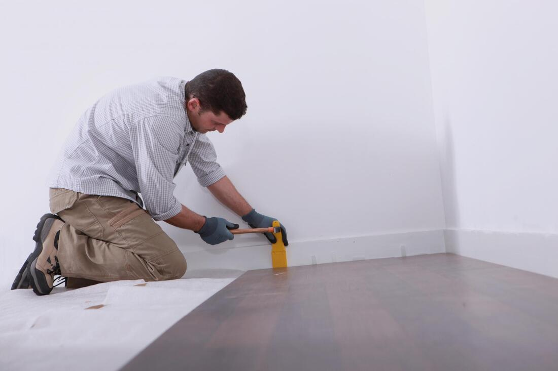 professional hardwood expert working on hardwood installation